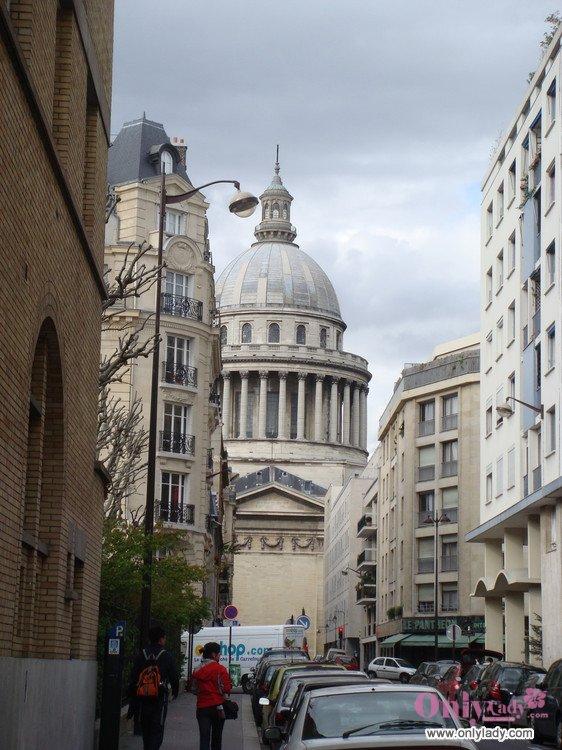 艾菲尔铁塔设计与整个巴黎欧式的古典建筑风格和谐
