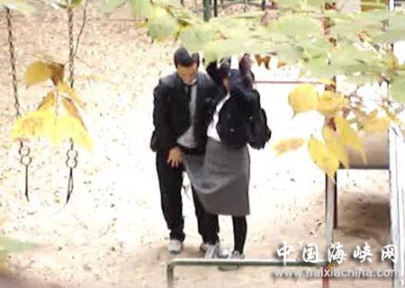 偷拍自拍全球_中学生情侣躲校园里做爱玩 自拍 反遭偷拍