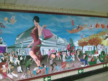 北京东单地铁站里的壁画,很怪诞,很喜欢!