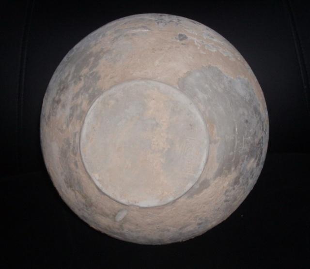 战国早期的日用陶器形制和春秋晚期的陶器形制极为接近。只是到了战国中期,陶器的形制才有明显的变化,陶质仍以砂质灰陶和泥质灰陶最多,并有少量砂质红陶与棕陶,其中,变化最大的是炊器,战国日用陶器的表面多为素面和磨光,但陶釜、陶罐和陶瓮的器表仍多绳纹。素面陶器与饰印绳纹的陶器表面,还加饰有弦纹、划纹、暗纹等装饰。 值得注意的是,在战国时期的日用陶器上还刻有文字,这种刻印文字一般称陶文。其中有些陶文是在制作陶坯时打印的戳记,这些戳记陶文中有些是地名,有些是窑场名,而有些是则是工匠名,它们对于研究古代文字、地理和手工