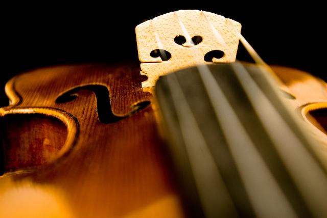 """门德尔松e小调小提琴协奏曲 珍妮·杨森 整部作品充满了柔美的浪漫情绪和均匀齐整的形式美,小提琴的处理手法精妙绝伦,旋律优美,技巧华丽,达到了登峰造极的境界,不仅是门德尔松最杰出的作品,也是德国浪漫乐派诞生以来,最美丽的小提琴代表作。有人甚至认为这部作品是小提琴协奏曲的""""压卷之作""""。"""