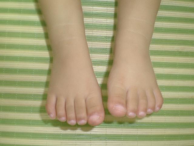 宝宝吃脚丫子