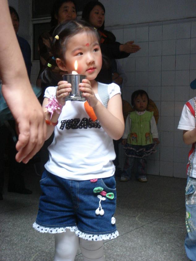 六一节到了,我们幼儿园进行了节目表演 感恩的心>,化了妆的我可漂亮了