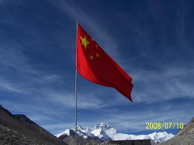 (五星红旗在珠峰前飘扬,这是世界上最美的风景)