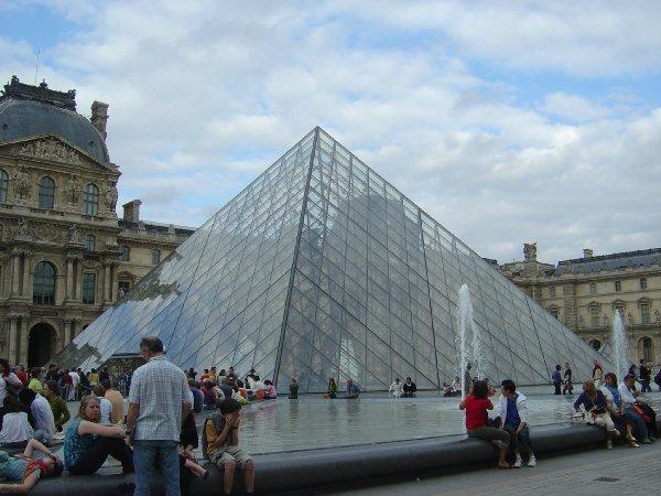 玻璃金字塔在广场偏东部,在u字形卢浮宫的三面环抱中.