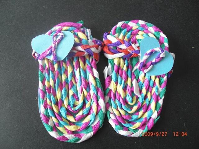 就是用皱纹纸搓成绳子,再用绳子编成鞋子.