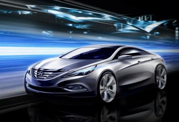 """实车基本上保持了效果图上的设计,与上一代相比变化巨大,新车整体更加运动,现代表示新索纳塔采用""""流动雕刻""""的造型语言,这也将成为现代未来新的设计方向。前脸在丰富的曲面基础上加入各种体现动感和勇猛的元素,进气格栅采用锋利感的刀片造型,同时以大面积镀铬来获得醒目的效果。前大灯采用不规则的扁长状设计,下端尖锐形成猛冲之势。发动机罩上的两条棱线突出肌理力量感。保险杠下部进气口采用一体式设计,两侧嵌入带镀铬外框的雾灯造型。但从前脸来看,我们可以看到这款新索纳塔在曲面的凹凸扭曲感上甚至比宝马的"""