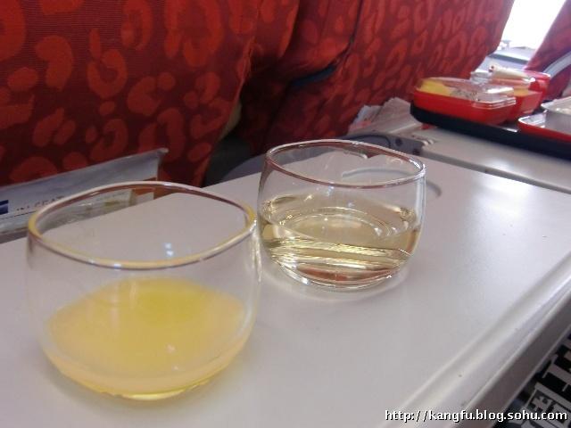 飞机上的玻璃杯