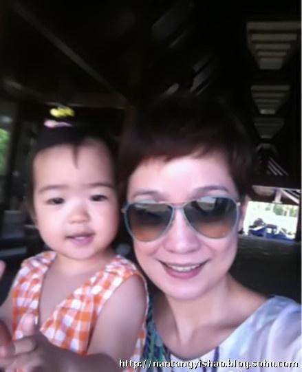 王海燕和宝贝女儿合照尽显母爱