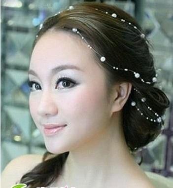 显自然散蓬松的新娘发型,长长的斜刘海完美地修饰脸型,  西安婚纱影楼