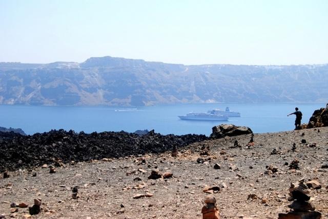 离开火山岛,前往温泉,当船离岸1,2百米的时候,导游说,跳吧,下面就是