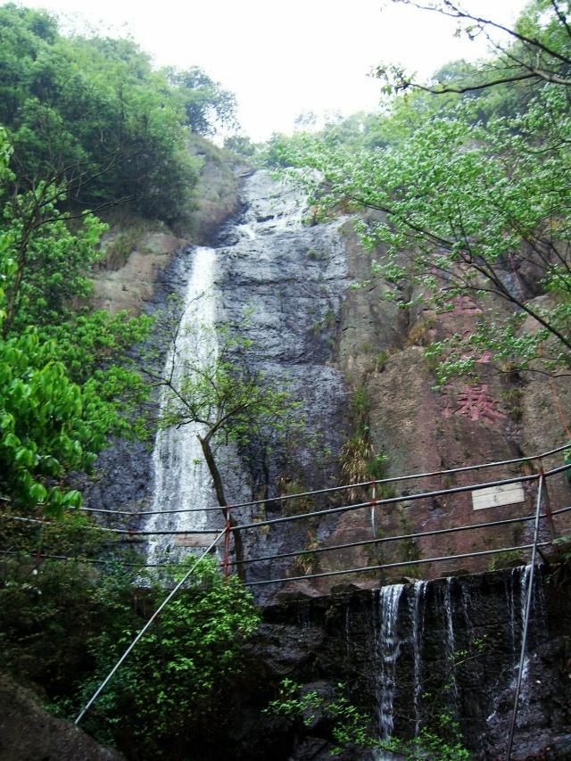 西径山水体景观摇曳多姿,山顶,山麓共有湖泊三处,池,潭,瀑几十处.
